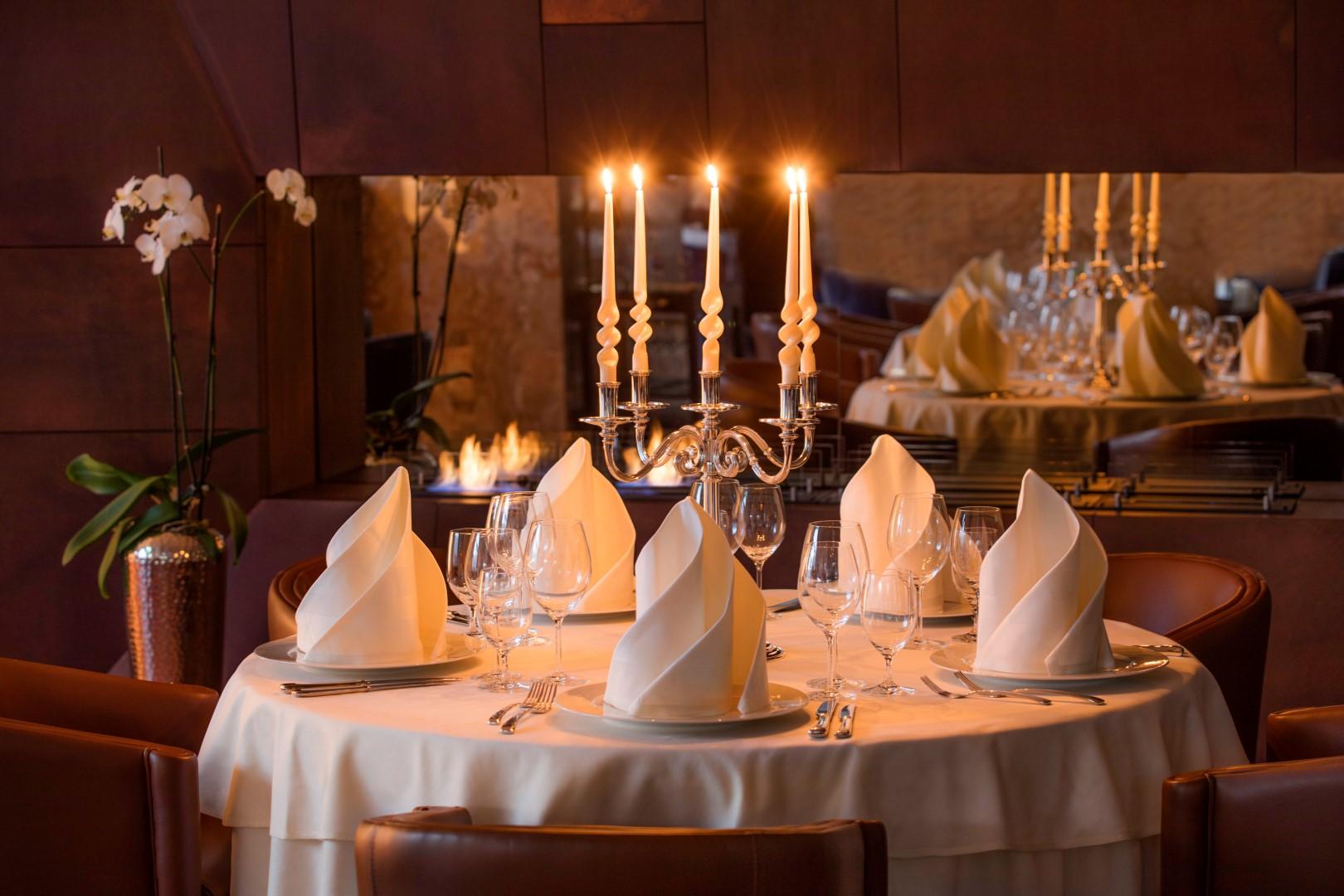 fotografija interijera hotela - stola za večeru