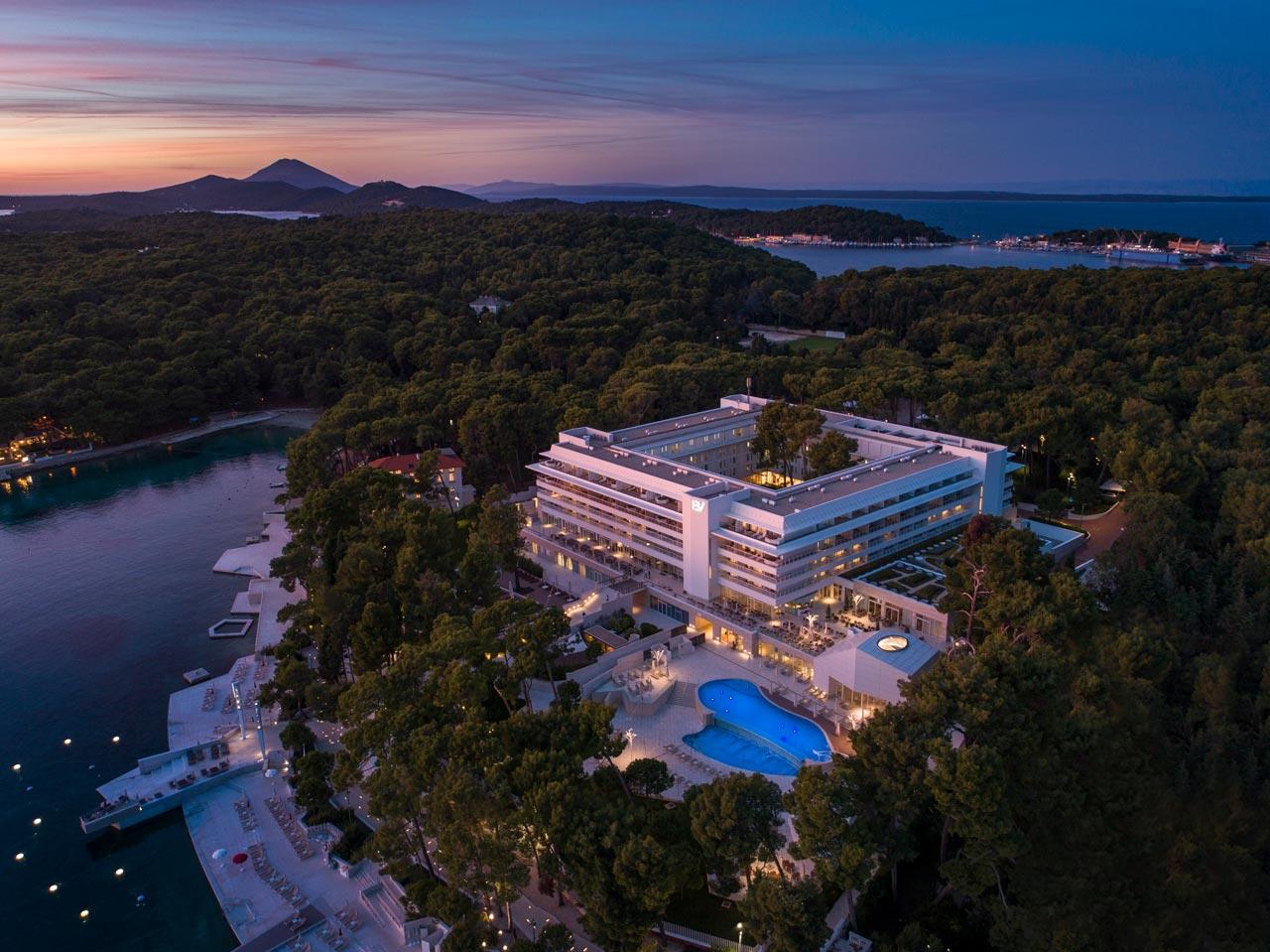 Fotografija hotela uz more iz zraka, navečer