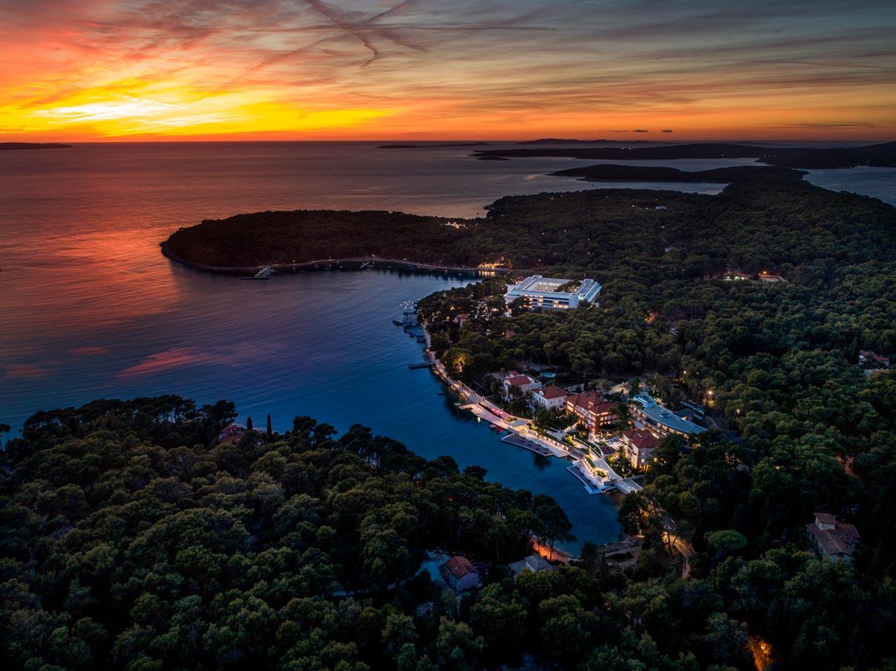 Fotografija hotela na moru u zalazak sunca