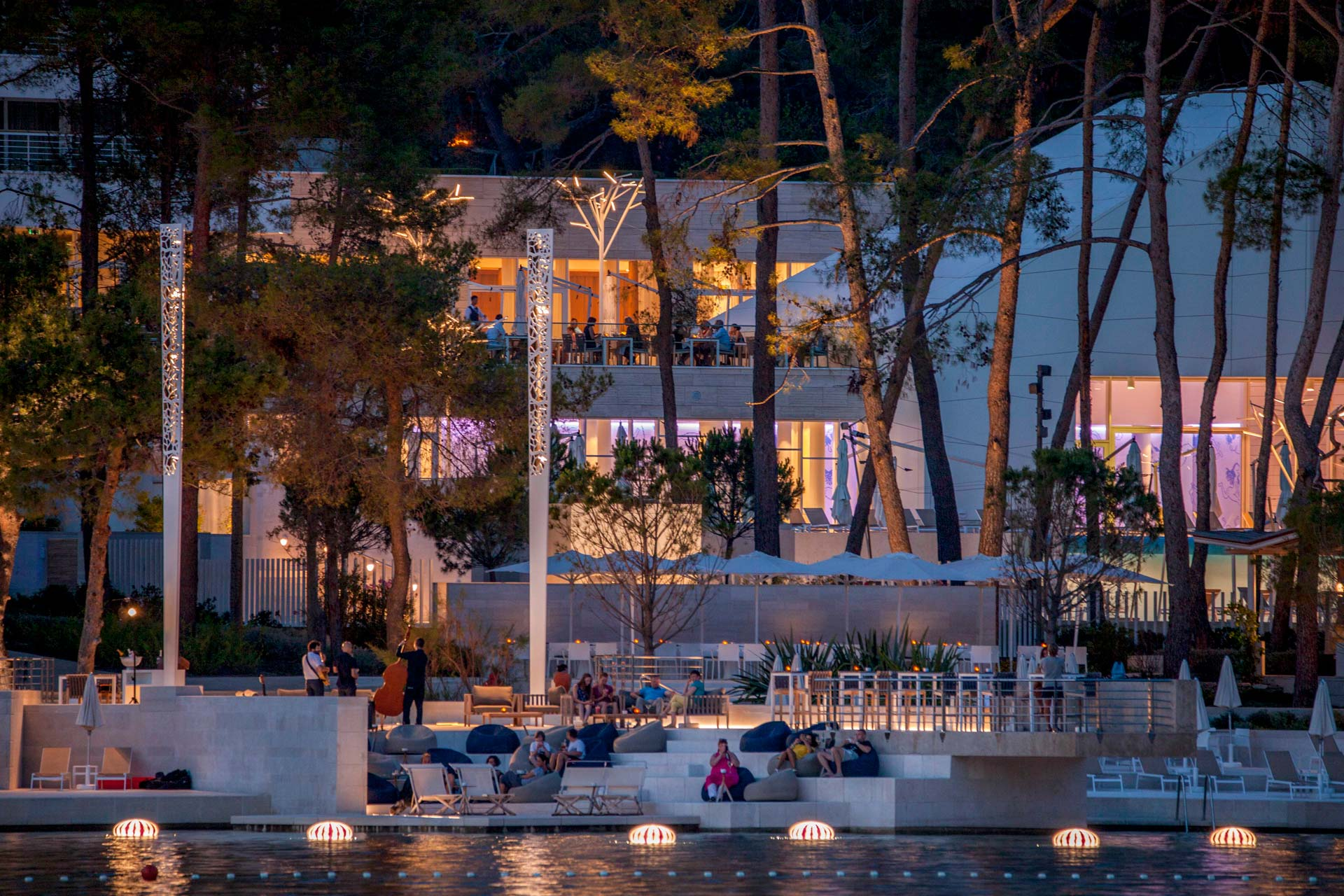 Fotografija večere na terasi hotela uz more
